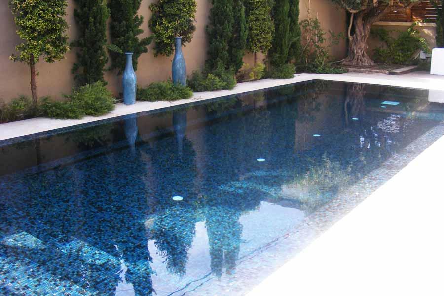 בריכת שחיה ביתית גלישה מבטון בחיפוי פסיפס