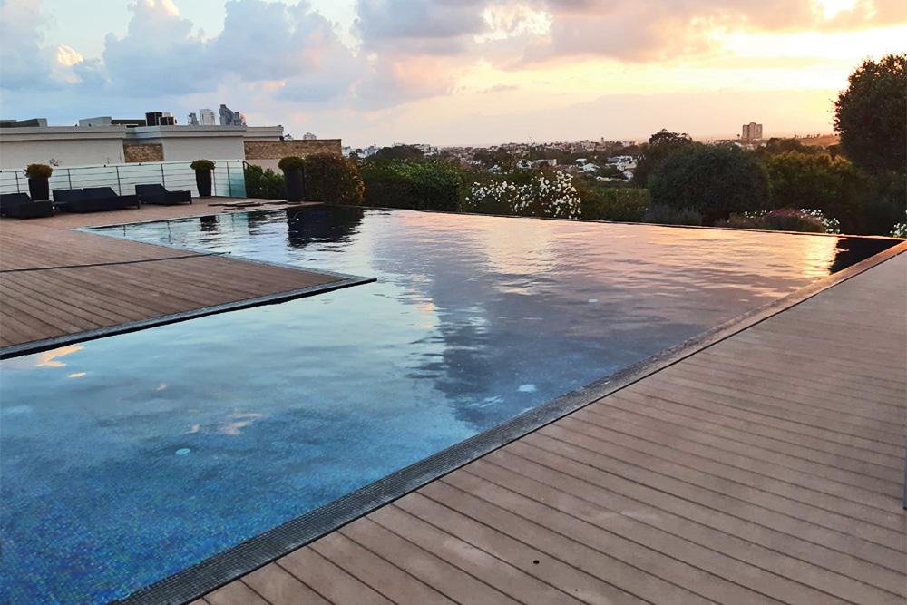 בריכת שחייה ביתית בצורת ר